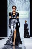 Pista modelo del paseo para la prolongación del andén de LISA ROMANYUK en la semana 2017-2018 de la moda de Moscú del Otoño-invie Imagen de archivo