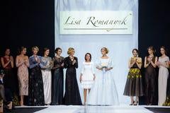 Pista modelo del paseo para la prolongación del andén de LISA ROMANYUK en la semana 2017-2018 de la moda de Moscú del Otoño-invie Fotos de archivo