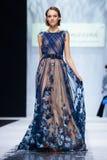 Pista modelo del paseo para la prolongación del andén de LISA ROMANYUK en la semana 2017-2018 de la moda de Moscú del Otoño-invie Imagenes de archivo