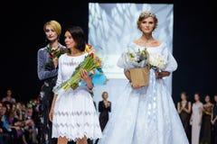 Pista modelo del paseo para la prolongación del andén de LISA ROMANYUK en la semana 2017-2018 de la moda de Moscú del Otoño-invie Fotografía de archivo