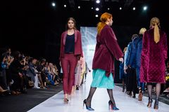 Pista modelo del paseo para la prolongación del andén de SHTENFELD en la semana 2017-2018 de la moda de Moscú del Otoño-invierno Imagenes de archivo