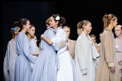 Pista modelo del paseo para la prolongación del andén de VICTORIA ANDREYANOVA en la semana 2017-2018 de la moda de Moscú del Otoñ Imagen de archivo libre de regalías