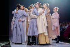 Pista modelo del paseo para la prolongación del andén de VICTORIA ANDREYANOVA en la semana 2017-2018 de la moda de Moscú del Otoñ Fotos de archivo libres de regalías