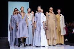 Pista modelo del paseo para la prolongación del andén de VICTORIA ANDREYANOVA en la semana 2017-2018 de la moda de Moscú del Otoñ Imágenes de archivo libres de regalías