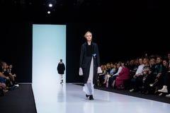 Pista modelo del paseo para la prolongación del andén de VICTORIA ANDREYANOVA en la semana 2017-2018 de la moda de Moscú del Otoñ Fotografía de archivo libre de regalías