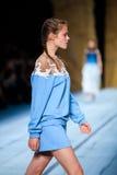 Pista modelo del paseo para la prolongación del andén de ALENA AKHMADULLINA en el Primavera-verano Mercedes-Benz Fashion Week Rus Imagenes de archivo