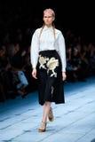 Pista modelo del paseo para la prolongación del andén de ALENA AKHMADULLINA en el Primavera-verano Mercedes-Benz Fashion Week Rus Fotografía de archivo