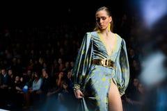 Pista modelo del paseo para la prolongación del andén de BELLA POTEMKINA en el Primavera-verano Mercedes-Benz Fashion Week Russia Imagenes de archivo