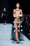 Pista modelo del paseo para la prolongación del andén de IVKA en el otoño invierno 2017-2018 en Mercedes-Benz Fashion Week Russia Foto de archivo libre de regalías