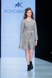Pista modelo del paseo para la prolongación del andén de KONDAKOVA en el otoño invierno 2017-2018 en Mercedes-Benz Fashion Week R Foto de archivo libre de regalías