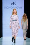 Pista modelo del paseo para la prolongación del andén de KONDAKOVA en el otoño invierno 2017-2018 en Mercedes-Benz Fashion Week R Fotografía de archivo libre de regalías