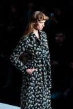 Pista modelo del paseo para la prolongación del andén de YASYA MINOCHKINA en el otoño invierno 2017-2018 en Mercedes-Benz Fashion Foto de archivo libre de regalías