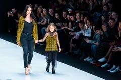 Pista modelo del paseo para la prolongación del andén de YASYA MINOCHKINA en el otoño invierno 2017-2018 en Mercedes-Benz Fashion Imágenes de archivo libres de regalías