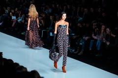 Pista modelo del paseo para la prolongación del andén de YASYA MINOCHKINA en el otoño invierno 2017-2018 en Mercedes-Benz Fashion Fotografía de archivo libre de regalías
