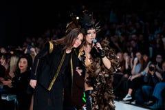 Pista modelo del paseo para la prolongación del andén de YULIA KOSYAK en el otoño invierno 2017-2018 en Mercedes-Benz Fashion Wee Imágenes de archivo libres de regalías