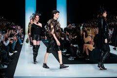 Pista modelo del paseo para la prolongación del andén de YULIA KOSYAK en el otoño invierno 2017-2018 en Mercedes-Benz Fashion Wee Fotografía de archivo libre de regalías