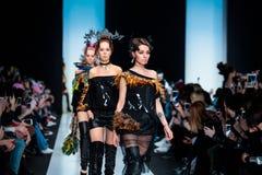 Pista modelo del paseo para la prolongación del andén de YULIA KOSYAK en el otoño invierno 2017-2018 en Mercedes-Benz Fashion Wee Foto de archivo