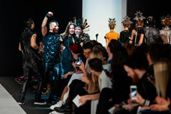 Pista modelo del paseo para la prolongación del andén de YULIA KOSYAK en el otoño invierno 2017-2018 en Mercedes-Benz Fashion Wee Imagenes de archivo