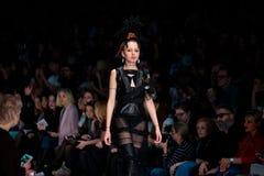 Pista modelo del paseo para la prolongación del andén de YULIA KOSYAK en el otoño invierno 2017-2018 en Mercedes-Benz Fashion Wee Imagen de archivo