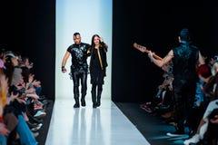Pista modelo del paseo para la prolongación del andén de YULIA KOSYAK en el otoño invierno 2017-2018 en Mercedes-Benz Fashion Wee Fotos de archivo