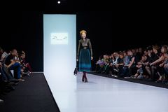 Pista modelo del paseo para RINA К por la prolongación del andén de EKATERINA ROMANOVA en la semana 2017-2018 de la moda de Mosc Foto de archivo