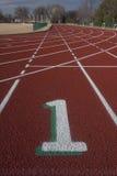 Pista número um em trilhas running vermelhas Foto de Stock