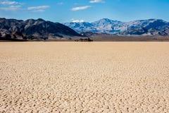 A pista no Vale da Morte, Califórnia imagens de stock