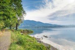 Pista peatonal del lago Varese, de Italia y del ciclo que corre a lo largo del lago imagen de archivo libre de regalías