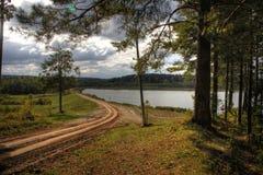 Pista por el río pintoresco Fotos de archivo libres de regalías