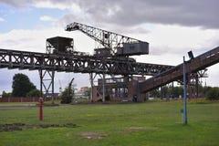 Pista rovinata del carbone e grandi caldaie della centrale elettrica o della centrale elettrica elettrica del carbone in Germania Fotografie Stock