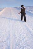 Pista in salita di camminata della montagna della neve della donna Fotografia Stock Libera da Diritti
