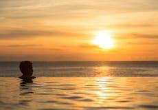 Pista silueteada contra piscina del borde del infinito Fotos de archivo