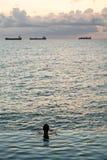 Pista silueteada contra piscina del borde del infinito Imagen de archivo libre de regalías