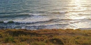 Pista solare sulle onde della spuma del mare fotografia stock