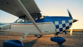 Pista soleggiata di decollo con un cropduster che rallenta muoversi lungo  stock footage