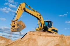 Pista-tipo excavador del cargador en la arena Fotos de archivo libres de regalías