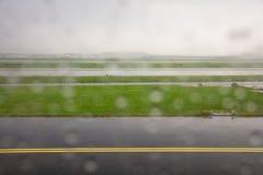 Pista un giorno piovoso, fondo dell'aeroporto di Rotterdam immagine stock libera da diritti