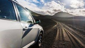 pista vulcanica andante dell'Islanda del deserto della ghiaia dell'automobile 4x4 Fotografia Stock Libera da Diritti