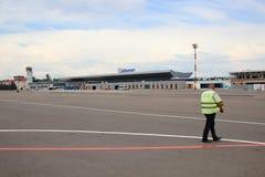 Pista y aeropuerto de Chisinau del guardia de seguridad del trabajo fotos de archivo libres de regalías