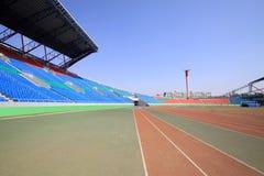 Pista y edificio plásticos rojos en una tierra de deportes Fotografía de archivo libre de regalías
