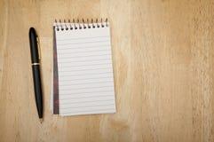 Pista y pluma de nota en la madera imágenes de archivo libres de regalías