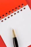 Pista y pluma en blanco de nota Fotos de archivo libres de regalías