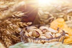 Pistacchi, arachidi e patatine fritte per birra Fotografie Stock Libere da Diritti