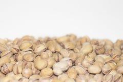 Pistacchi arrostiti e salati nelle coperture Fuoco parziale Priorità bassa dell'alimento immagine stock