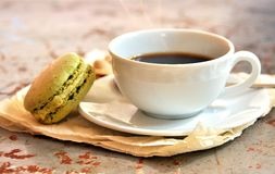与pistacchio maccarons和咖啡的花梢早餐 免版税库存照片