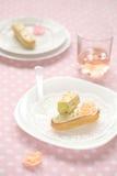 Pistache Eclairs op een witte plaat Royalty-vrije Stock Afbeeldingen