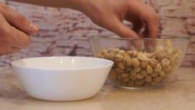 Pistaches da tomada das mãos Pistache na bacia pistachios filme