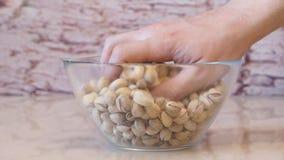 Pistaches da tomada das mãos Pistache na bacia pistachios video estoque