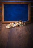 Pistaches dans un scoop sur un plancher en bois brun L'espace noir vide de conseil pour le texte Photographie stock