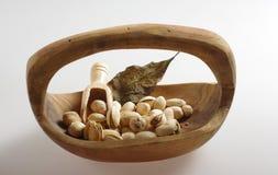Pistaches dans une cuvette en bois Images libres de droits